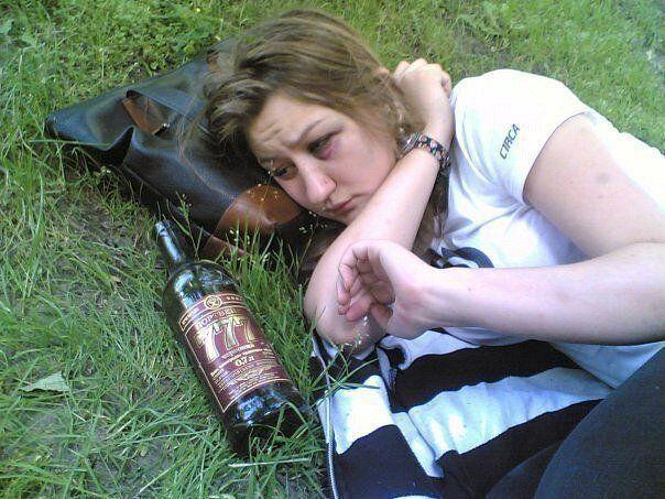 Пьяная девушка с синяком под глазом проснулась, а рядом портвейн 777
