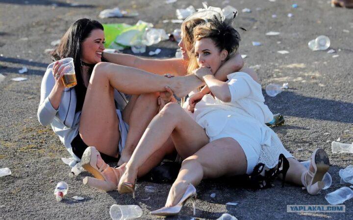Праздник ледей в Лондоне удался. После выпитого проснулись пьяные леди