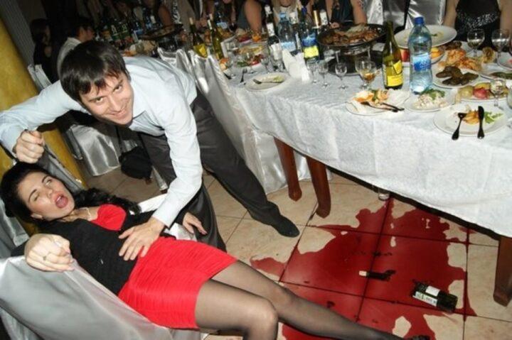 Девушка напилась на банкете и разбила бутылку вина