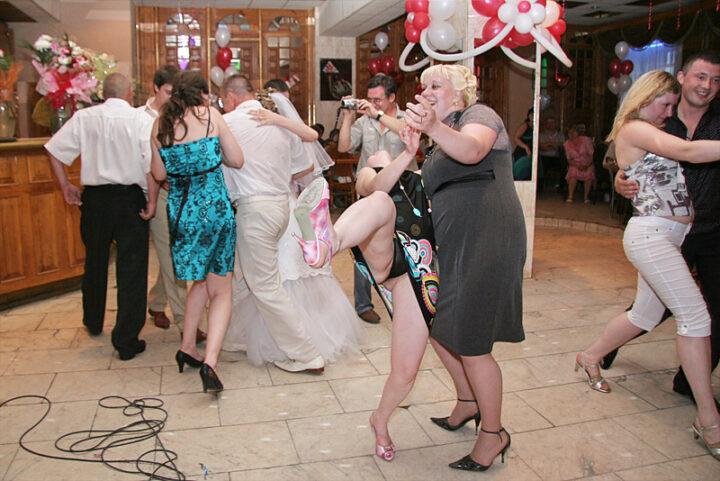 Пьяная дама в страстном танце задрала ногу и засветила трусы