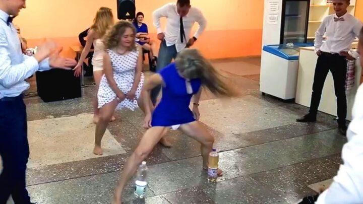 Пьяные девушки задрав платья играют в странные игры