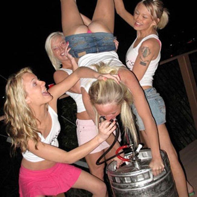Пьяные девченки перевернули подругу в верх с голой жопой и накачивают пивом