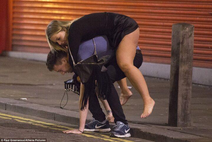 Заботливый парень тащит свою пьяную подружку на спине