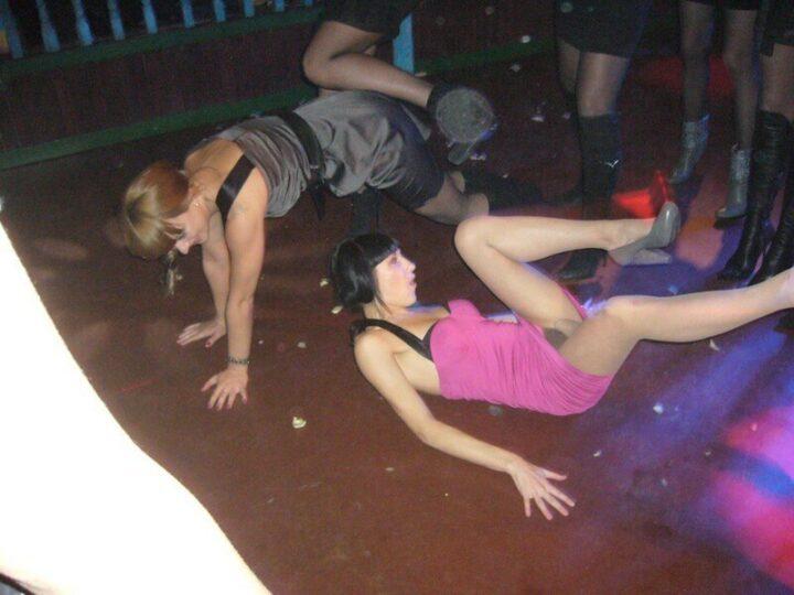 Горячие танцы на полу с задранной юбкой исполняют две пьяные девицы