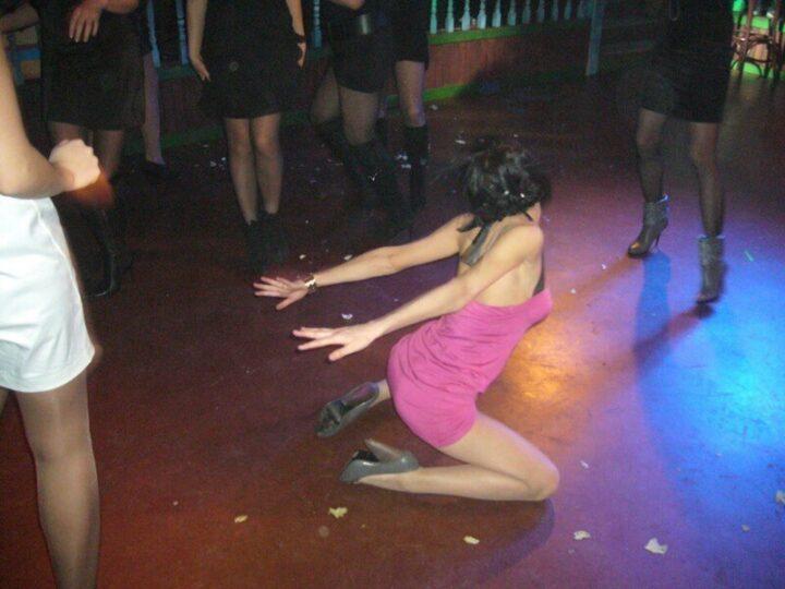 Пьяная девка танцует горячий страстный танец