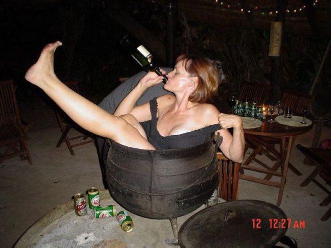 Пьяна жена залезла в котел и бухает винишко