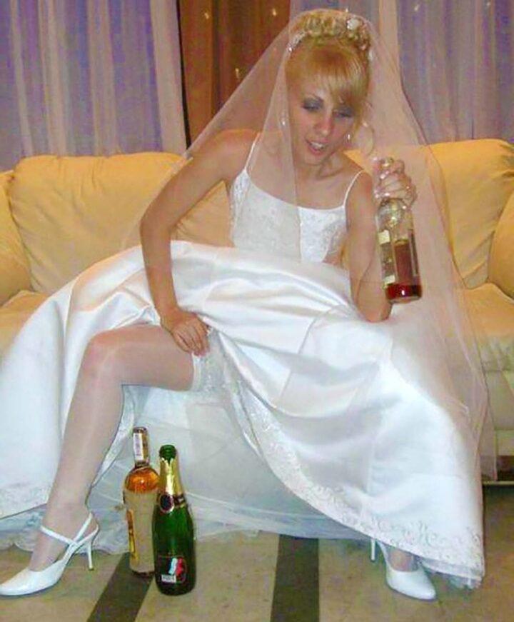 Жена напилась и стала показывать ноги в белых чулках