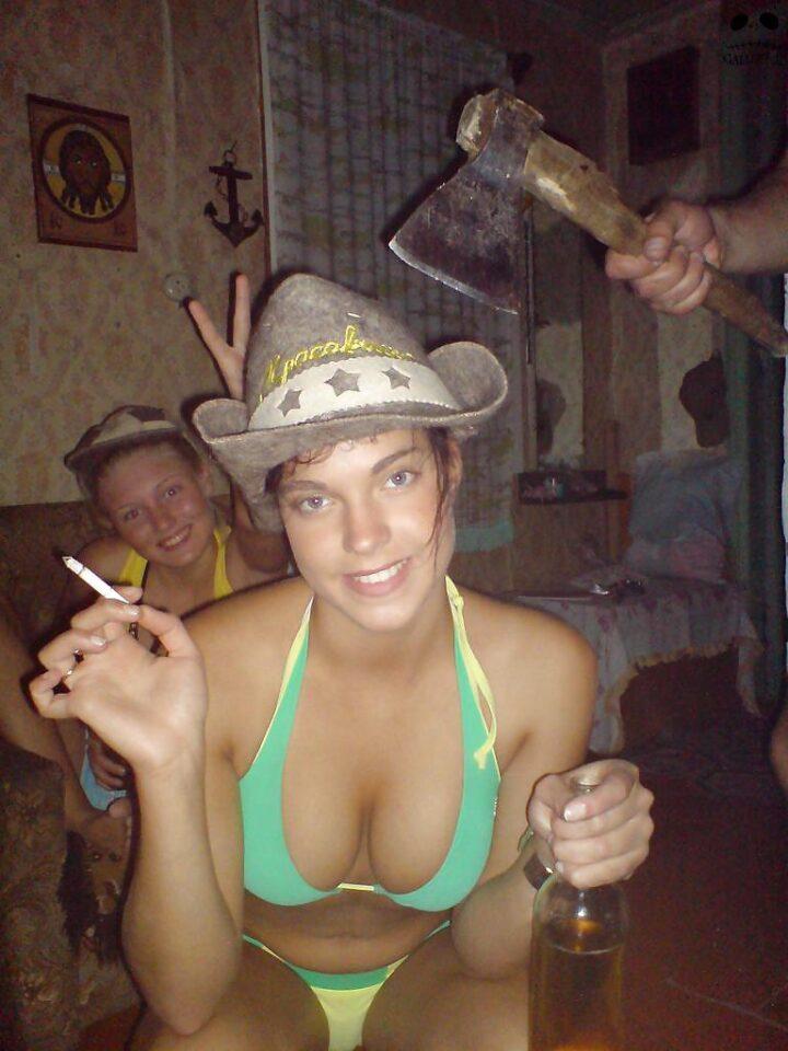 Пьяная жена шапке и купальнике сидит на корточках