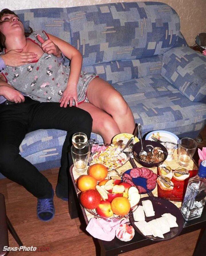Пьяная жена в коротком халатике соблазняет какого то мужика