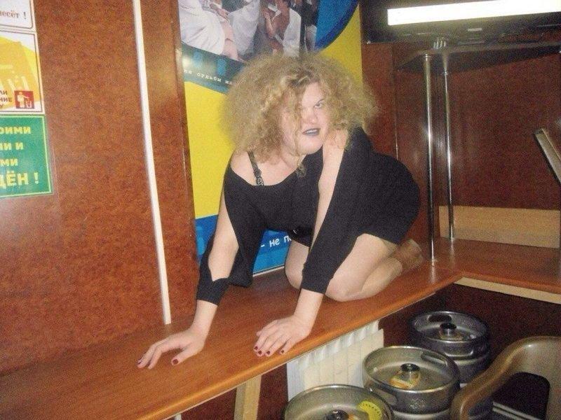 Пьяная женщина, а может чья то жена с пышной шевелюрой стоит на четвереньках