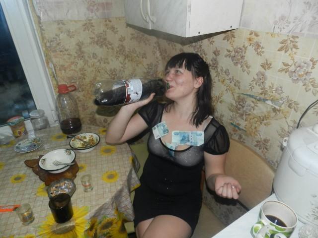 Пьяная жена напихала себе деньги в сиськи