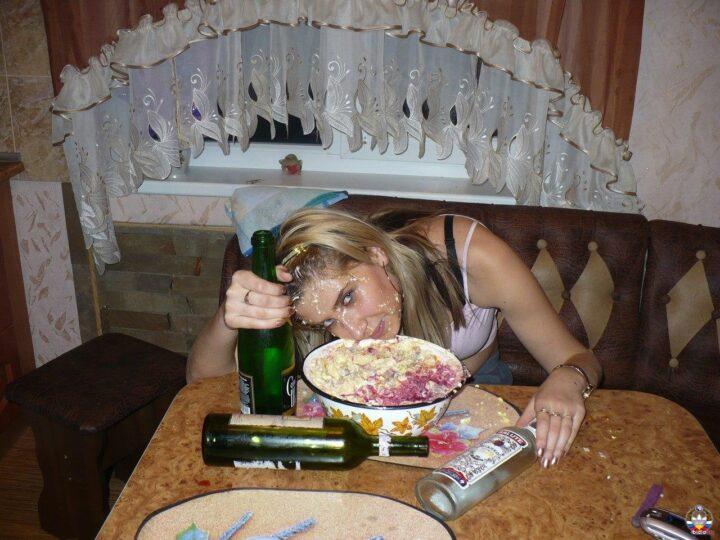 Девка напилась дома и уснула в салате