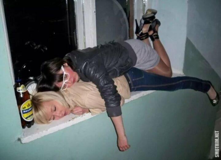 Пьяные телки спят на подоконнике