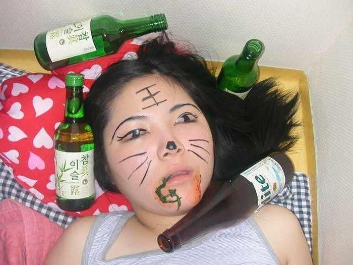 Очень сильно пьяная девушка превратилась в котика