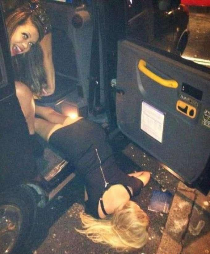 Пьяная телка в коротком платье вывалилась из машины