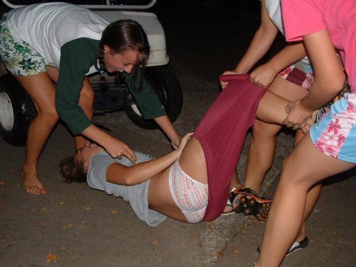 Пьяные подруги решили поднять девушку,при жтом сняли ей случайно штаны