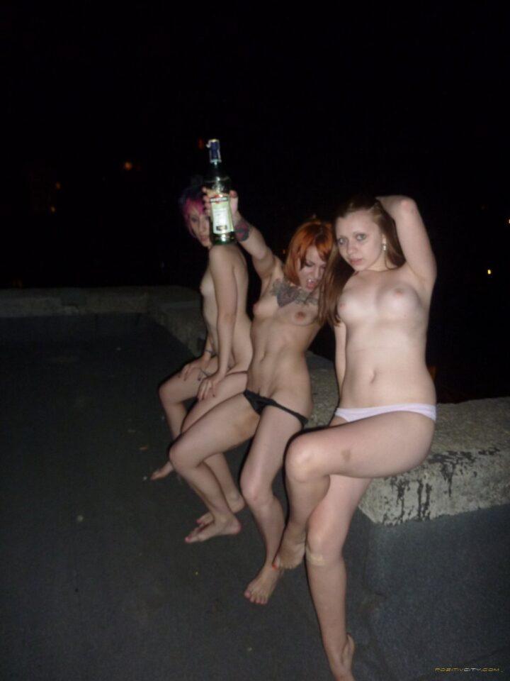 Пьяные девки сидят на крыше голые и почти без трусов