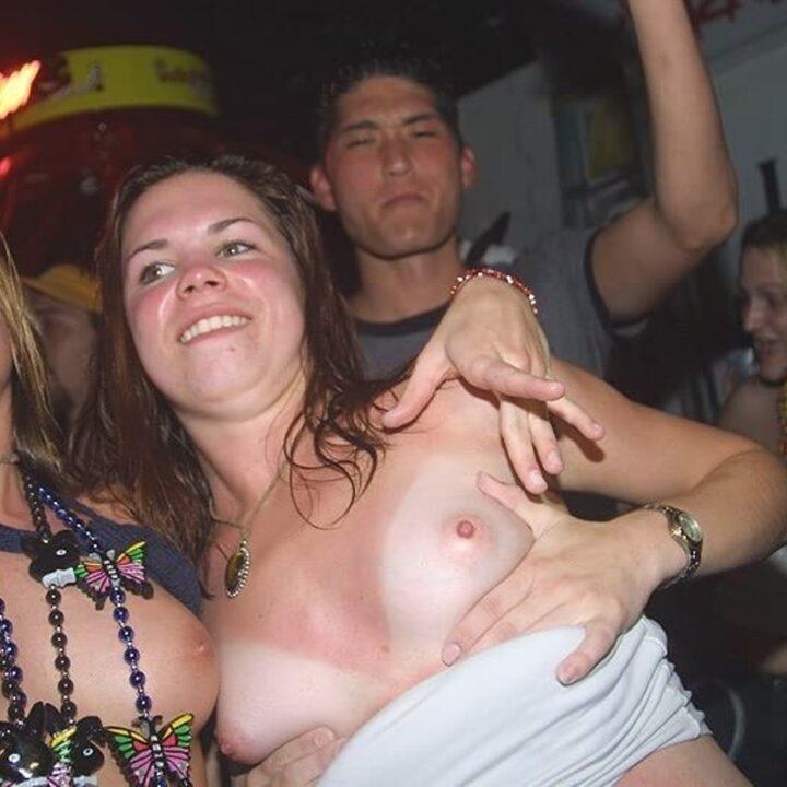 Когда две подруги напились, сразу показывают всем свои сиськи