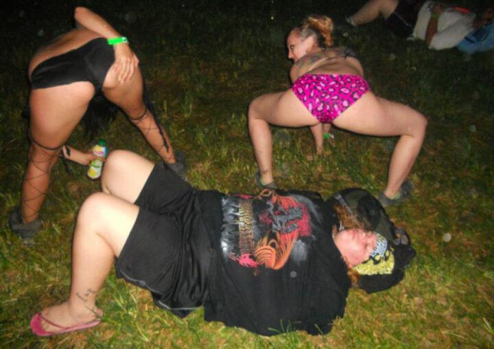 Пьяные руские телки показывают жопы в трусах