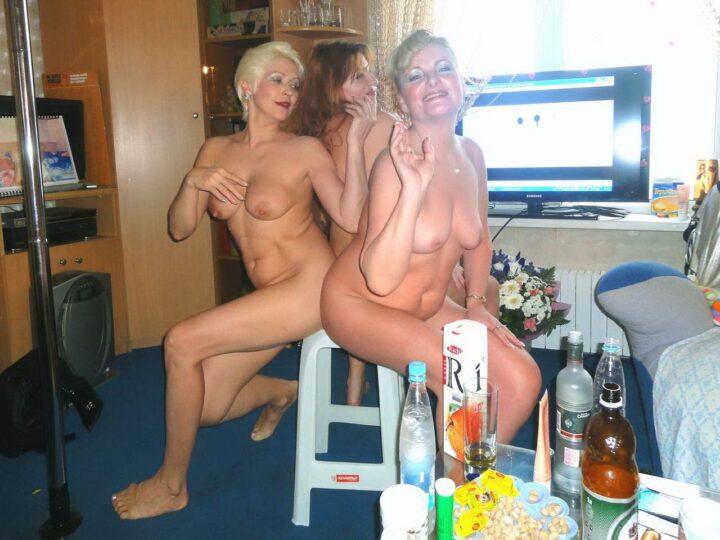 Три зрелые пьяные женщины устроили голую вечеринку