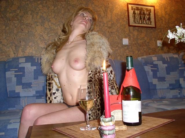 Пьяная русская женщина голая в одних трусах решила поиграть в аристократку
