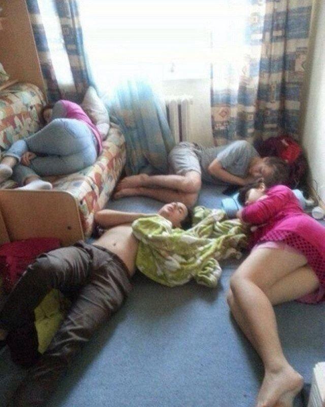 Пьяные русские бабы спят втроев в одной комате, и какой то мужик