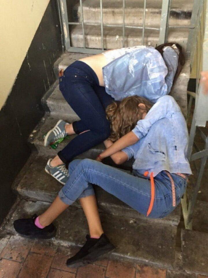 Две пьяные девушки, не смогли попасть домой и уснули на лестничной клетке
