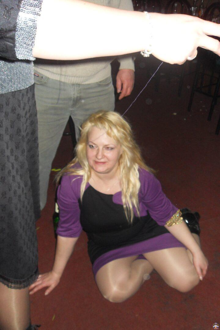 У пьяной дамы нет сил встать с колен