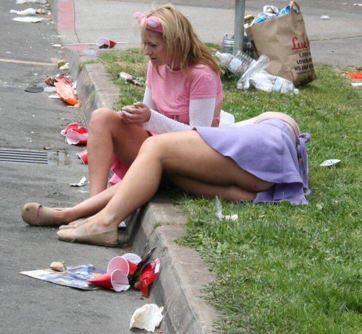 Пьяная девка спит без трусов