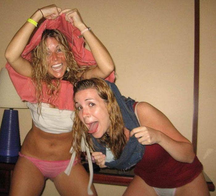 Две пьяные веселые девушки решили раздеться