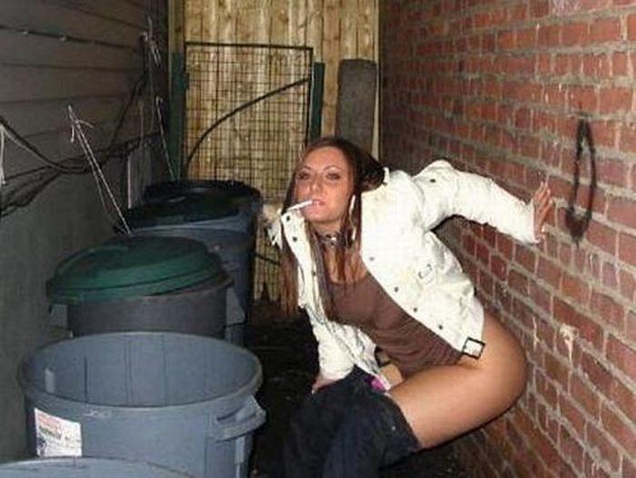 Пьяная девка с сигаретой решила пописать на мусорке