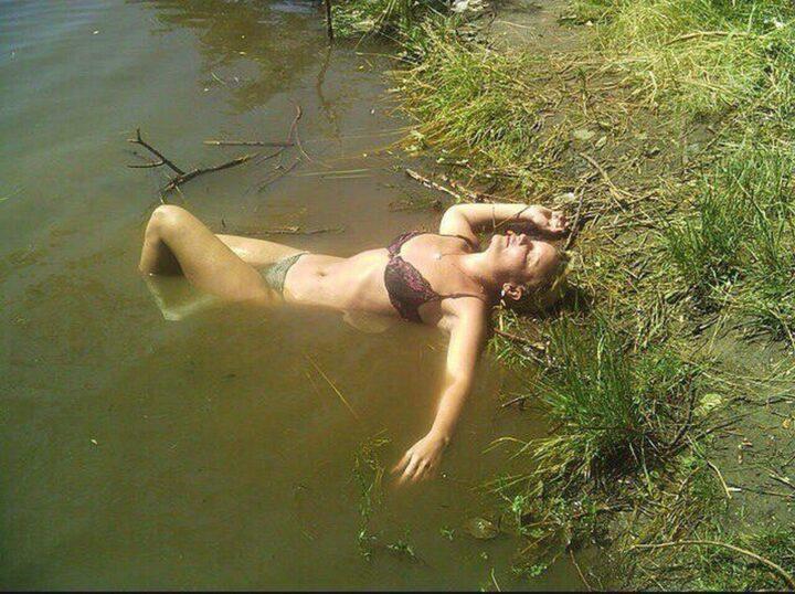 Когда девушка пьяная можно и в канаве грязной купаться без купальника