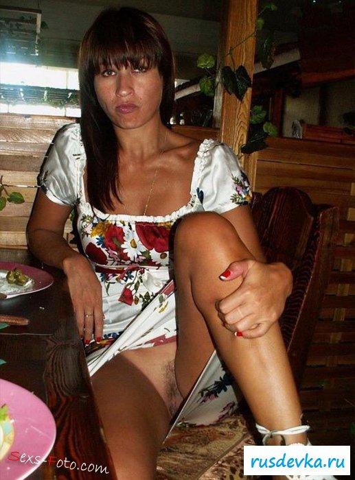 Пошлая жена в ресторане сидит без трусов