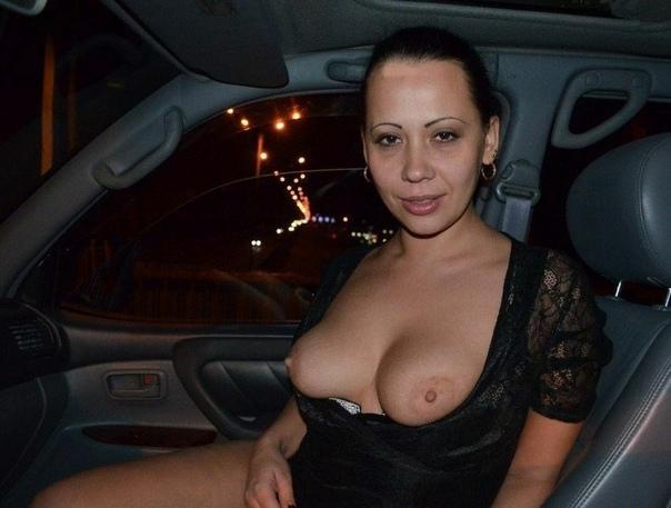 Пошлая жена в черном платье в машине показала сиськи
