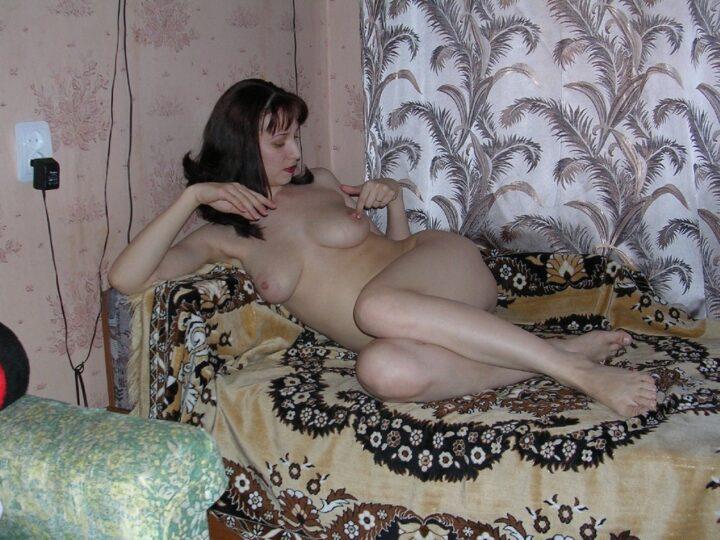 Пошлая жена голая лежит на диване и ласкает свои соски