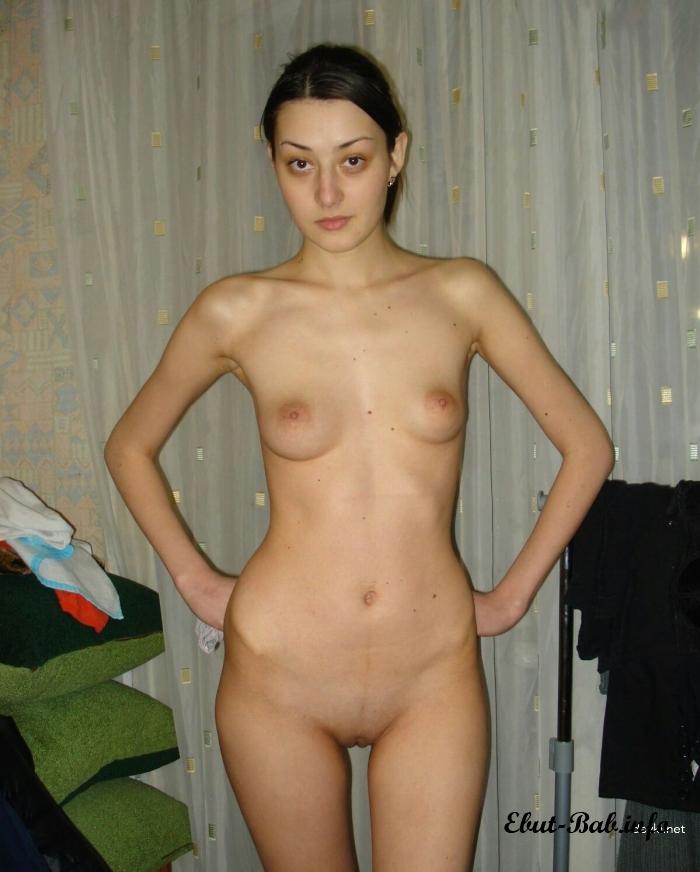Красивая девушка с маленькими сиськами разделась до гола