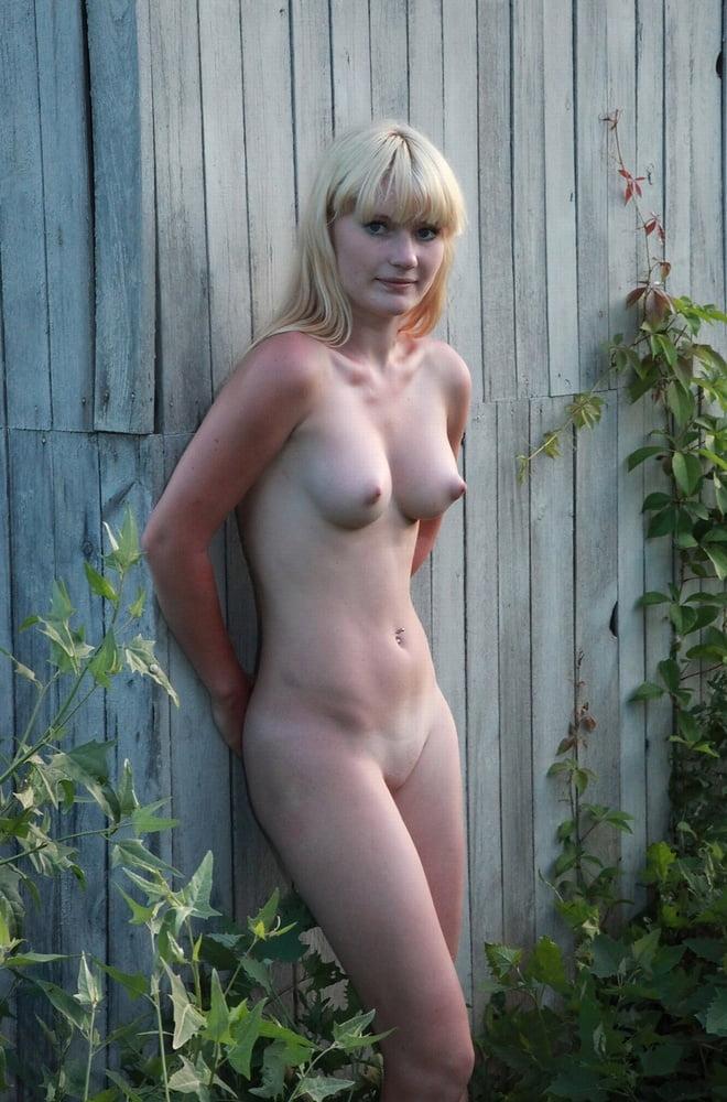 Молодая деревенская девушка с красивой грудью позирует для мужа