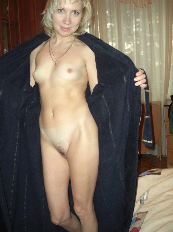 Худая жена распахнула черный халат и показала маленькие сиськи
