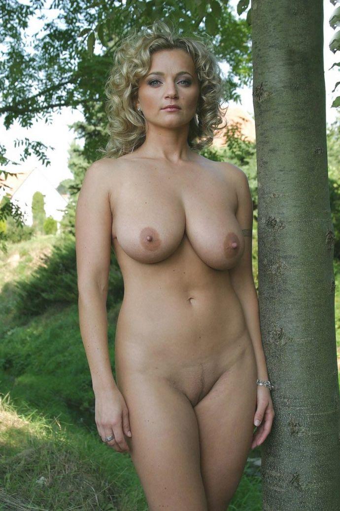 Кудрявая женщина оголилась на природе
