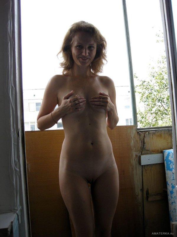 Голая молодая женщина вышла на балкон подышать воздухом