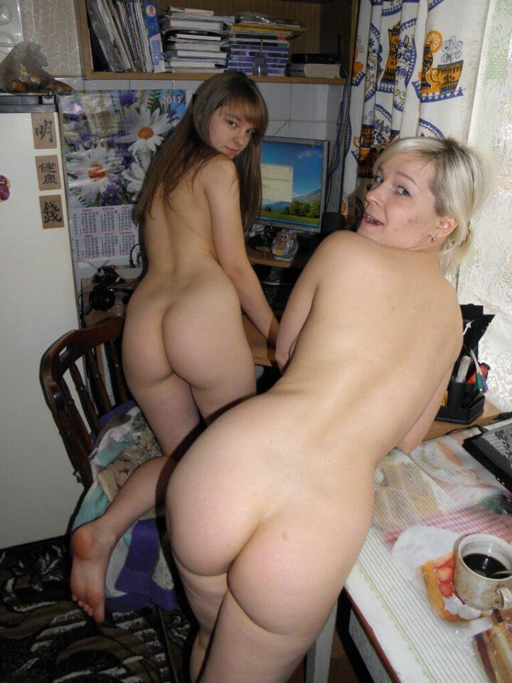 Две подружки отдыхают голыми у себя дома