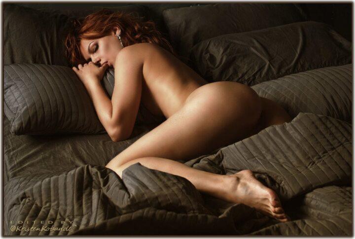 Рыжая развратная жена лежит голая в постели и сосет большой палец