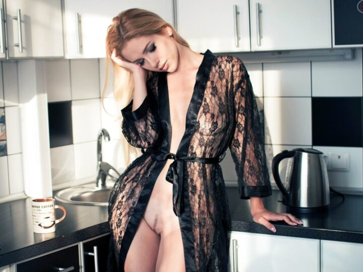 Уставшая жена после бурной ночи решила приготовить завтрак в прозрачном халате на голое тело