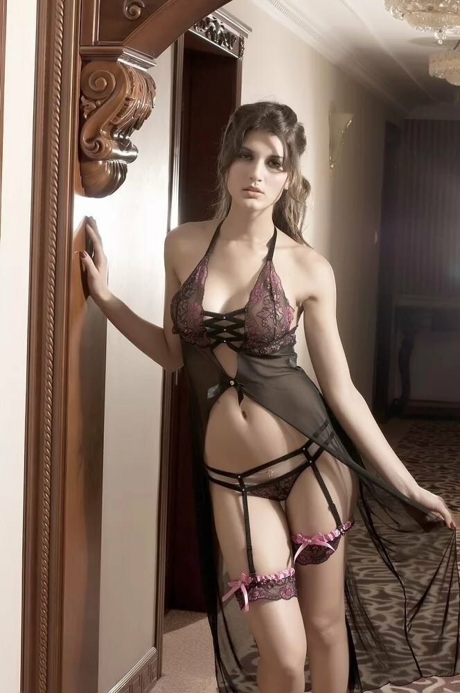 Красивая молодая жена в красивом эротическом белье готова соблазнить любого мужа