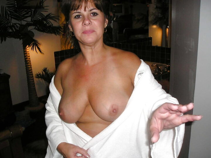 Жена в возрасте не стесняется показывать голые сиськи