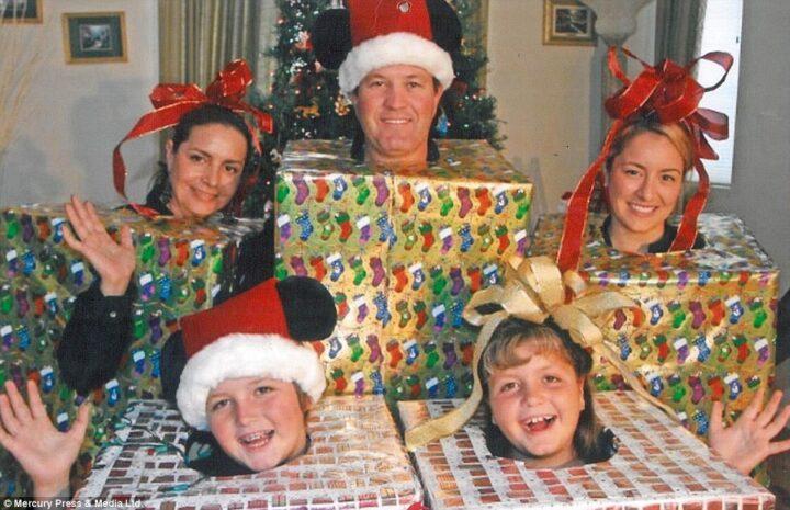 Креатив этой семьи недосягаем, Решили нарядится в подарки новогодние.