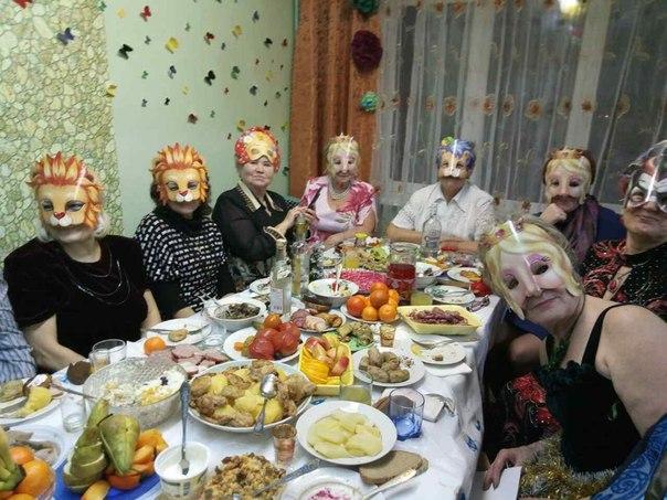 Бабулечки решили встретить Новый год в масках.