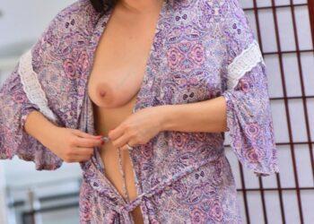 Возбужденная жена в халате демонстрирует свои женские прелести