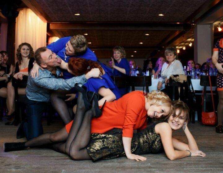 Женщины на корпоративе после перепития шампанского делают не понятные вещи