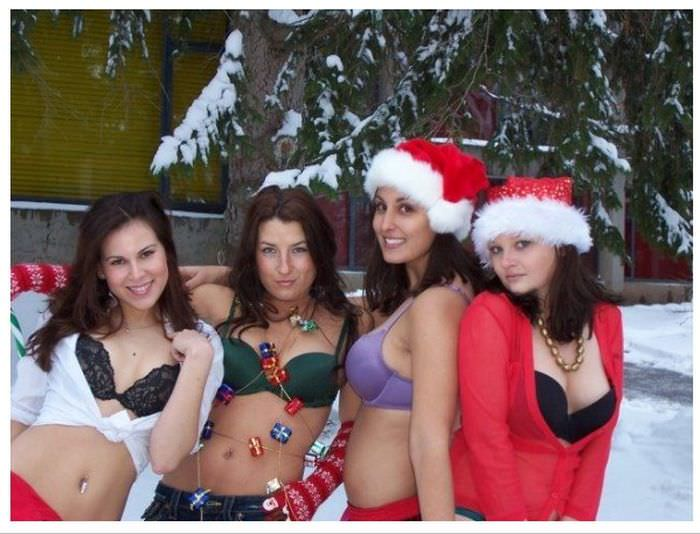 Жаркие девчонки показывают сиськи в новогоднее утро